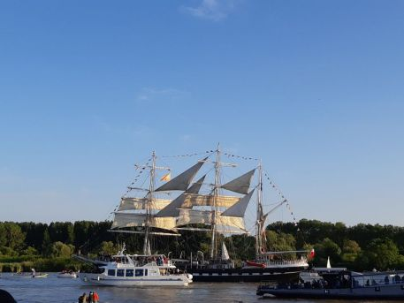"""Parade nautique, avec """"Le Belem"""" remontant la Loire, lors de l'événement """"Débord de Loire"""" en 2019"""