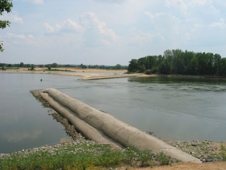 Seuil à échancrure du Fresne-sur-Loire - semelle en enrochement et superposition de poches en géotextile remplies de sable
