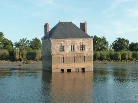 """L'oeuvre """"La Maison dans la Loire"""" de Jean-Luc Courcoult à marée basse"""