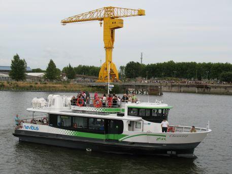 """Navette fluviale """"Navibus Chantenay"""" reliant la Gare Maritime et Trentemoult, et Grue Titan jaune"""