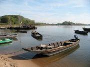 Embarcations typiques de la Loire : plates de Loire et toues cabanées au port de La Possonnière