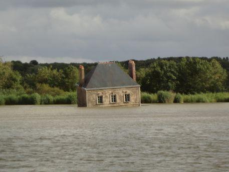 L'oeuvre 'La Maison dans la Loire' de Jean-Luc Courcoult à marée haute 2